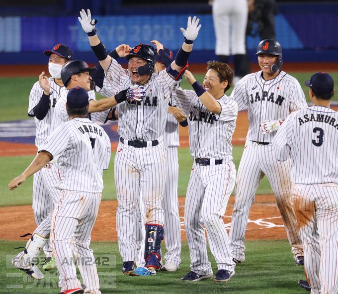 【東京五輪2020 野球 準々決勝】<日本対アメリカ> 10回 アメリカにサヨナラ勝ちし、歓喜する甲斐拓也(中央)ら日本の選手たち =2021年08月02日、横浜スタジアム 写真提供:産経新聞社