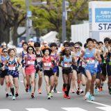 東京五輪のテスト大会となる「札幌チャレンジハーフマラソン」で一斉にスタートする選手。左から松田瑞生(74)、一山麻緒(73)、前田穂南(71)、鈴木亜由子(72)=札幌市(代表撮影) 撮影日:2021年05月05日 写真提供:産経新聞社