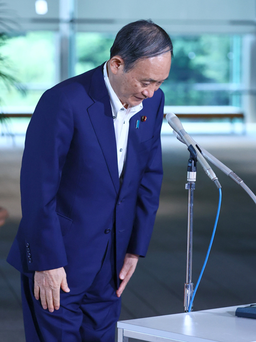 横浜市長選の敗戦から一夜明け、記者団の質問に答える菅義偉首相。「大変残念な結果だった。市民の皆さんが、市政が抱える新型コロナウイルス問題とか、さまざまな課題について判断をされたわけだから、謙虚に受け止めたい」と述べた=2021年8月23日午前、首相官邸 写真提供:産経新聞社