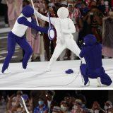 東京五輪の開会式で、ピクトグラムと同じポーズをとるパフォーマー。バドミントンのラケットを落として失敗? 撮影:2021年07月24日 写真提供:共同通信社