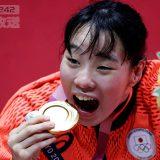 金メダルと入江 ボクシング、女子フェザー級決勝 2021年8月3日、東京都墨田区の両国国技館(ロイター=共同) 写真提供:共同通信社