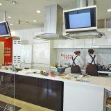 キッチンランド内 最新の調理機器が揃う(コロナ禍で料理教室はオンラインの開催のみとなっている)