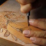 版木の彫刻風景(提供:藤澤萬華堂)