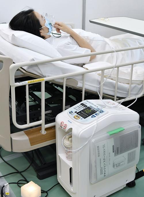 報道陣に公開された「酸素ステーション」。手前は酸素を吸入するための酸素濃縮器=2021年8月21日午後、東京都渋谷区 写真提供:共同通信社