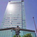 静岡駅前の徳川家康像と国道1号を挟んで建つ葵タワー、かつて東海軒があった場所