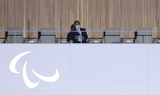 東京パラリンピック 閉会式場で着席する菅義偉首相=2021年9月5日、東京・国立競技場 写真提供:時事通信社