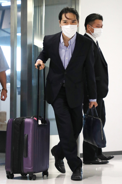 成田空港に到着した小室圭さん(手前)=2021年9月27日午後、千葉県成田市 写真提供:時事通信社