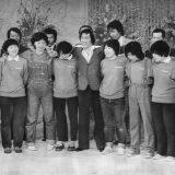 """「欽ちゃんのドンとやってみよう!」欽ドン劇団、収録のラストシーンは萩本欽一を囲んで蛍の光の合唱、二人が泣くとみんなつられて涙を流し、まさに""""涙の卒業式""""。欽ちゃん(中央)の右が気仙沼ちゃん  撮影日:1978年11月 写真提供:産経新聞社"""