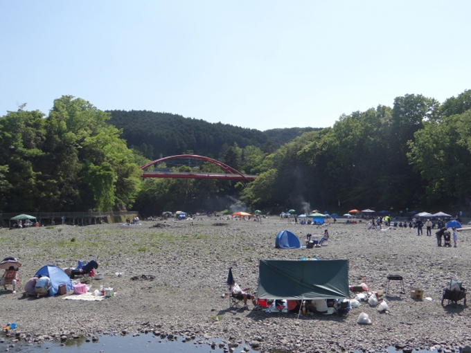 埼玉県飯能市 飯能河原でバーベキューをする人々